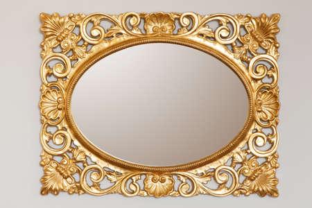 Foto de Golden mirror frame on the wall - Imagen libre de derechos