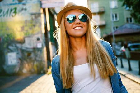 Photo pour Young stylish woman walking in a city street - image libre de droit