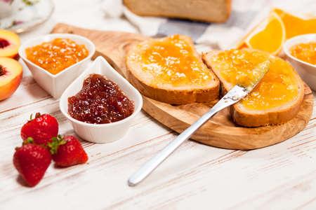 Foto de Slices of bread with jam for breakfast - Imagen libre de derechos