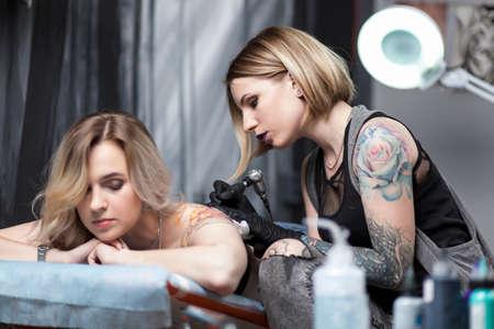 Photo pour Tattoo artist in a studio - image libre de droit