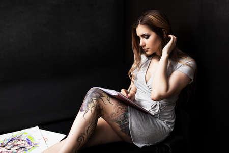 Photo pour Artist painting in her workshop - image libre de droit