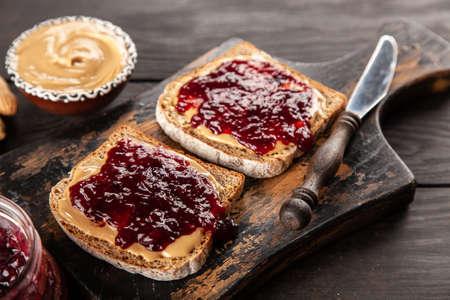 Foto de Peanut butter and jelly sandwich - Imagen libre de derechos