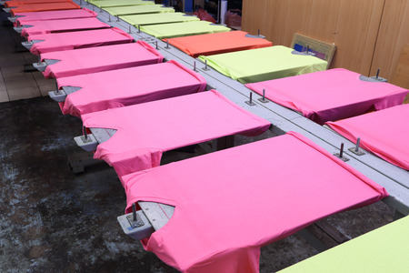 Photo pour prepare colorful t-shirt on screen table - image libre de droit