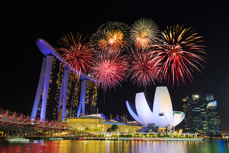 Photo pour beautiful firework over marina bay at night, urban landscape of Singapore - image libre de droit