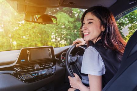 Photo pour happy young woman in a car - image libre de droit