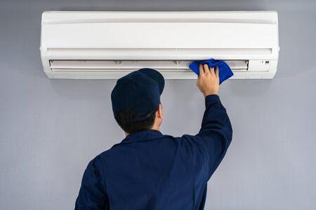 Foto de technician service cleaning the air conditioner with cloth - Imagen libre de derechos