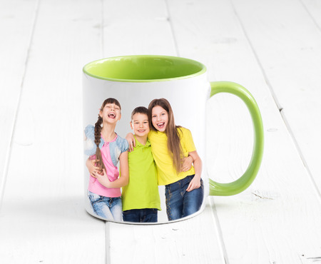 Foto de Big cup with bright green inside and a handle sitting on the white wooden table - Imagen libre de derechos