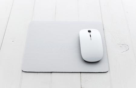 Photo pour White wireless mouse on a mouse pad - image libre de droit
