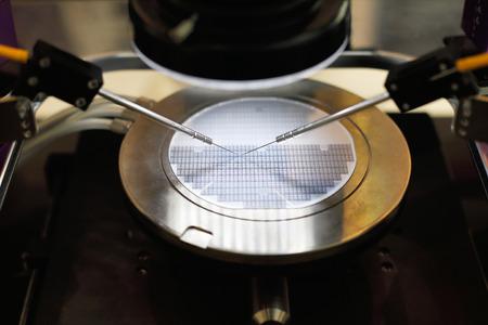 Photo pour Semiconductor silicon wafer undergoing probe testing. Selective focus. - image libre de droit