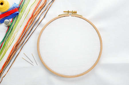 Foto de Embroidery set  White linen fabric, embroidery hoop, colorful threads and needls  Copy space  - Imagen libre de derechos