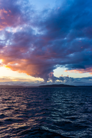 Photo pour Majestic  colorful clouds hang above the Puget Sound. Photo take from West Seattle, Washington. - image libre de droit