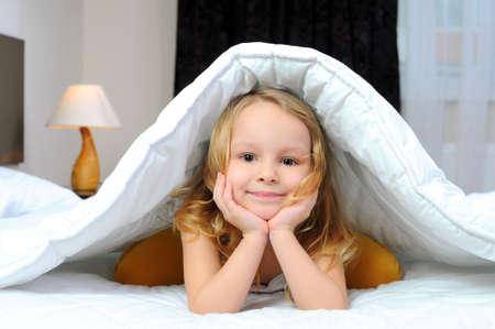 Photo pour child with a blanket on the bed - image libre de droit