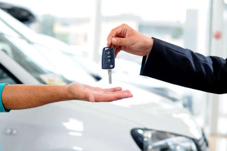 Photo pour Handover of car keys in a dealership - image libre de droit