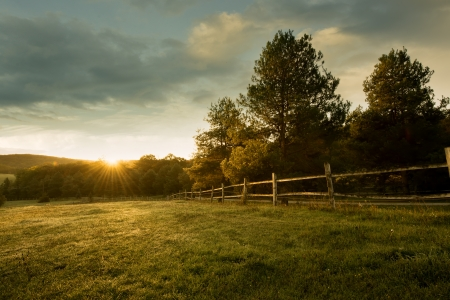 Foto de Beautiful sunrise on the farm - Imagen libre de derechos