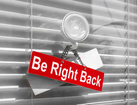 Foto de Sign saying Be right back on a glass door with a white, closed venetian blind. It can be used for business concepts or backgrounds. - Imagen libre de derechos