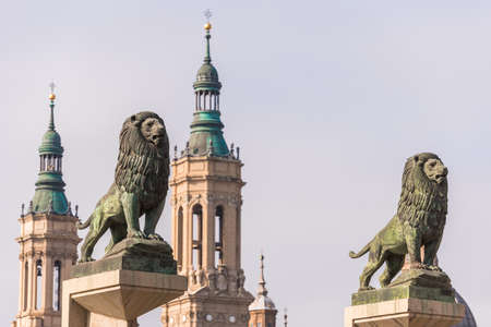 Foto de Sculptures of lions on the background of the Cathedral-Basilica of Our Lady of the Pillar, Zaragoza, Spain. Close-up - Imagen libre de derechos