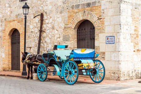 Foto de Retro carriage with a horse on a city street in Santo Domingo, Dominican Republic. - Imagen libre de derechos