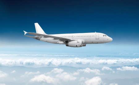 Foto de Passenger airliner flight in the blue sky - Imagen libre de derechos