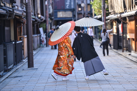 Photo pour Younge japanese  couple dressed in kimono traditional costume on their marriage day taking some photo shots - image libre de droit