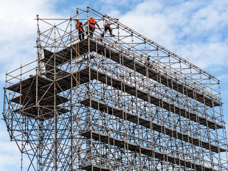 Photo pour construction workers on a scaffold - image libre de droit