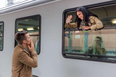 Photo pour parr on arrival or verabschiedeung on a platform at a station - image libre de droit