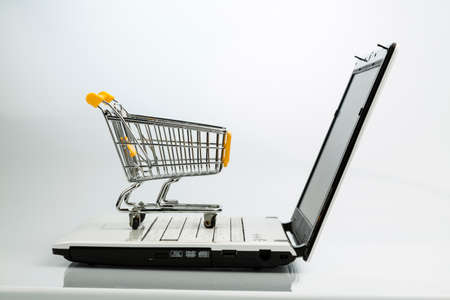 Foto de shopping cart and laptop - Imagen libre de derechos