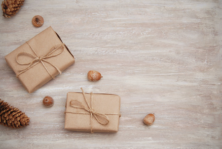 Photo pour Rustic gift kraft boxes with ribbon bow, with pinecone - image libre de droit