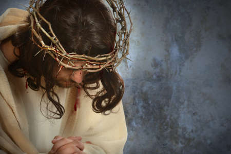 Photo pour Jesus with crown of thorns with head down over old wall - image libre de droit