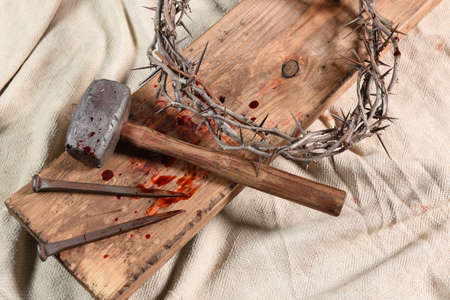 Photo pour Crown of thorns, nails, and mallet over vintage cloth - image libre de droit