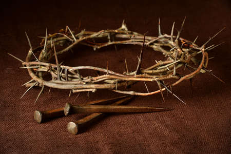 Photo pour Crown of thorns and nails over vintage cloth - image libre de droit