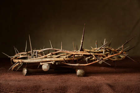 Photo pour Nails and crown of thorns on cloth - image libre de droit
