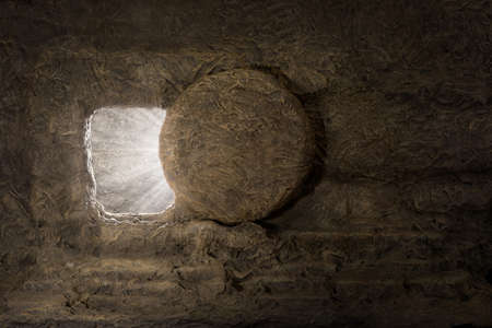 Foto de The tomb of jesus with stone rolled away and light coming from inside - Imagen libre de derechos