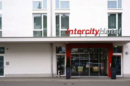 Foto per Darmstadt, Germany - December 02, 2017: The entrance of the Intercity Hotel at Darmstadt train station with a sliding glass door on December 02, 2017 in Darmstadt - Immagine Royalty Free