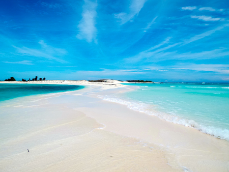Photo pour A tropical white beach in Cayo de Agua (Los Roques Archipelago, Venezuela). - image libre de droit
