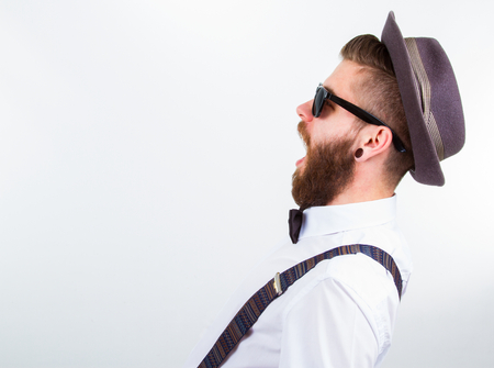 Foto de young hipster man wearing  hat , suspenders and bow-tie with open mouth - Imagen libre de derechos