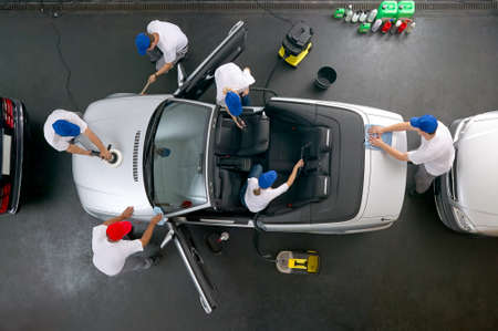 Photo pour Car cleaning team - image libre de droit