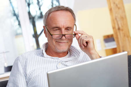 Foto de Senior man with laptop and glasses - Imagen libre de derechos
