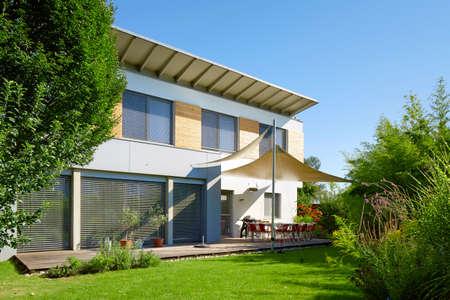Photo pour Modern house with garden - image libre de droit
