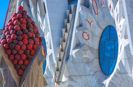 Foto de Barcelona, Spain - September 25, 2012:  The sculpures and decorations of  the towers of La Sagrada Familia Cathedral - Imagen libre de derechos
