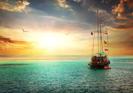 Photo pour Beautiful sunset over yacht in the sea - image libre de droit