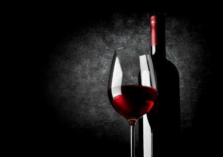 Photo pour Wineglass of red wine on a black background - image libre de droit
