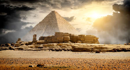 Photo pour Storm clouds over pyramid of Cheops in Giza - image libre de droit
