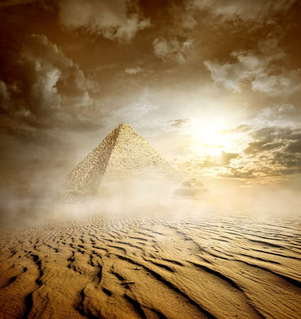 Photo pour Storm clouds and pyramids in sand desert - image libre de droit