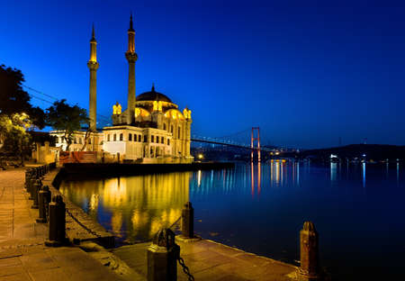 Foto de Ortakoy Mosque in the morning. - Imagen libre de derechos