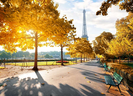 Photo pour Sunny morning in Paris in autumn - image libre de droit