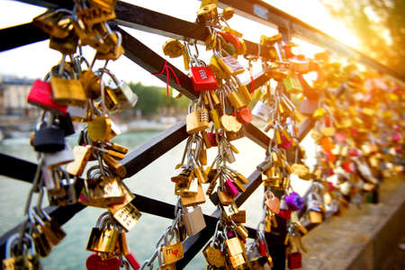 Foto de Locks of love on bridge in Paris - Imagen libre de derechos