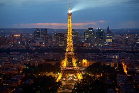 Photo pour Eiffel Tower and la Defence - image libre de droit