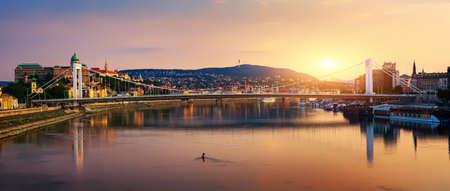 Photo pour Sunset over Elizabeth bridge in Budapest, Hungary - image libre de droit