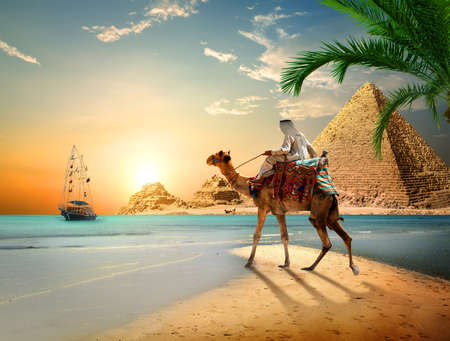 Photo pour Sea and Pyramids - image libre de droit