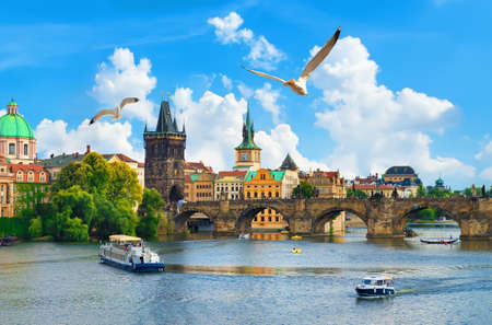 Photo pour Vltava river and bridge - image libre de droit
